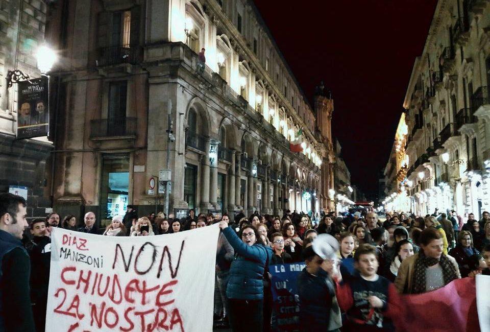 manifestazione per la scuola manzoni di catania