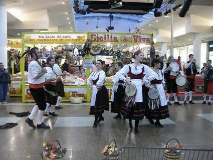 folklore al centro commerciale