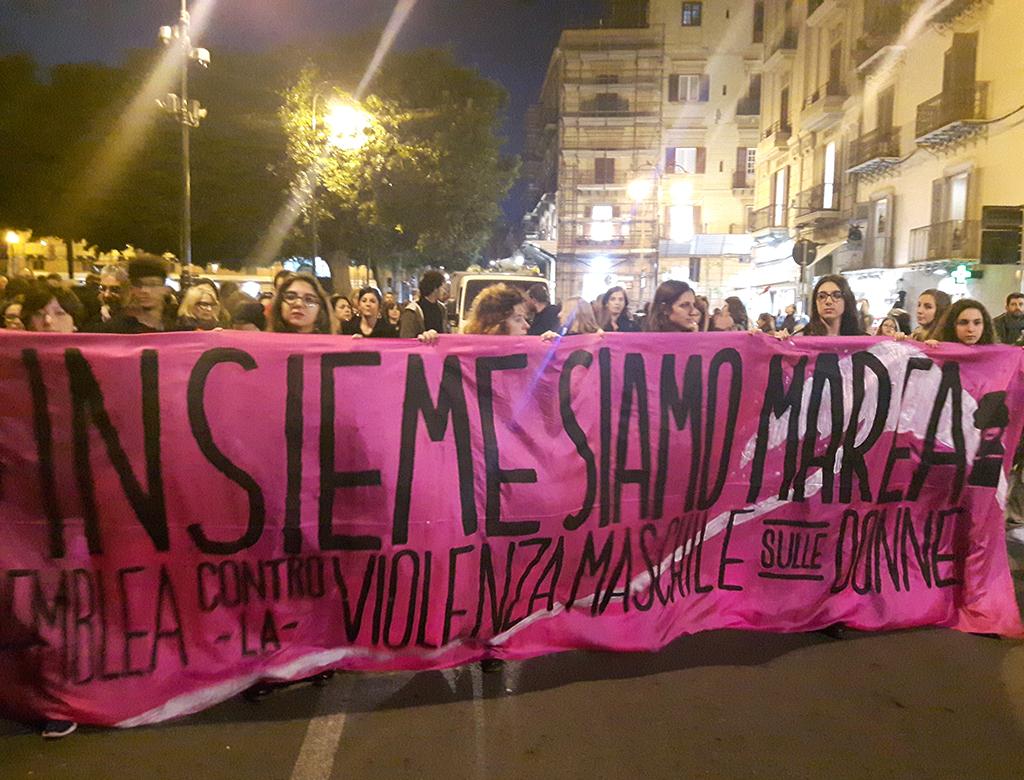 """La marea è tornata. La Sicilia dice """"No alla violenza maschile sulle donne""""."""
