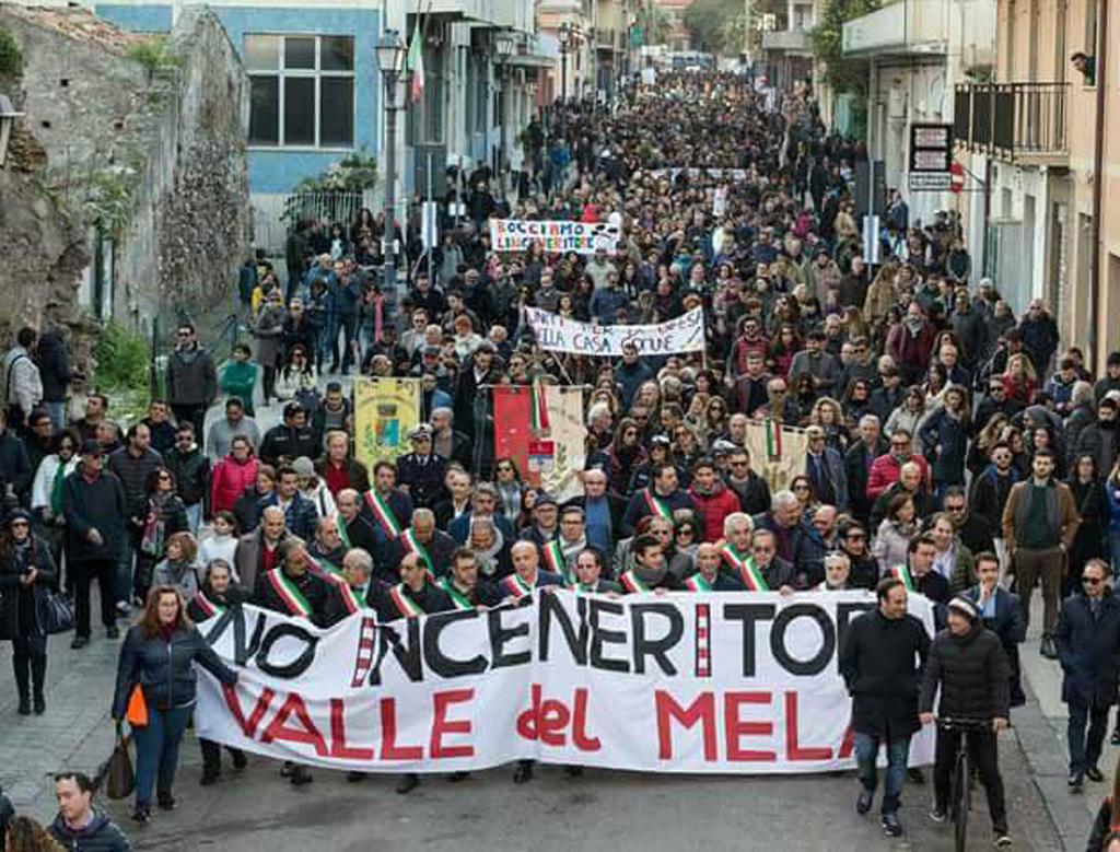 Da Milazzo diecimila voci: la Sicilia non si tocca, non siamo la pattumiera d'Italia.