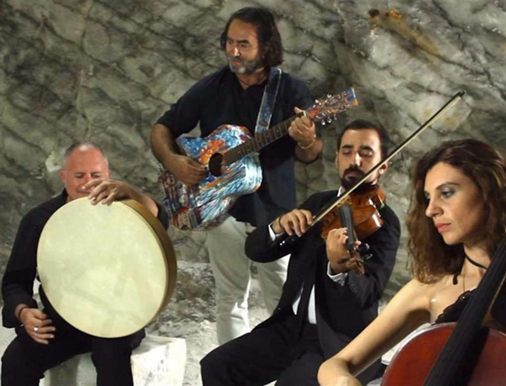 Carlo Muratori al carcere di Caltagirone canta la solidarietà.