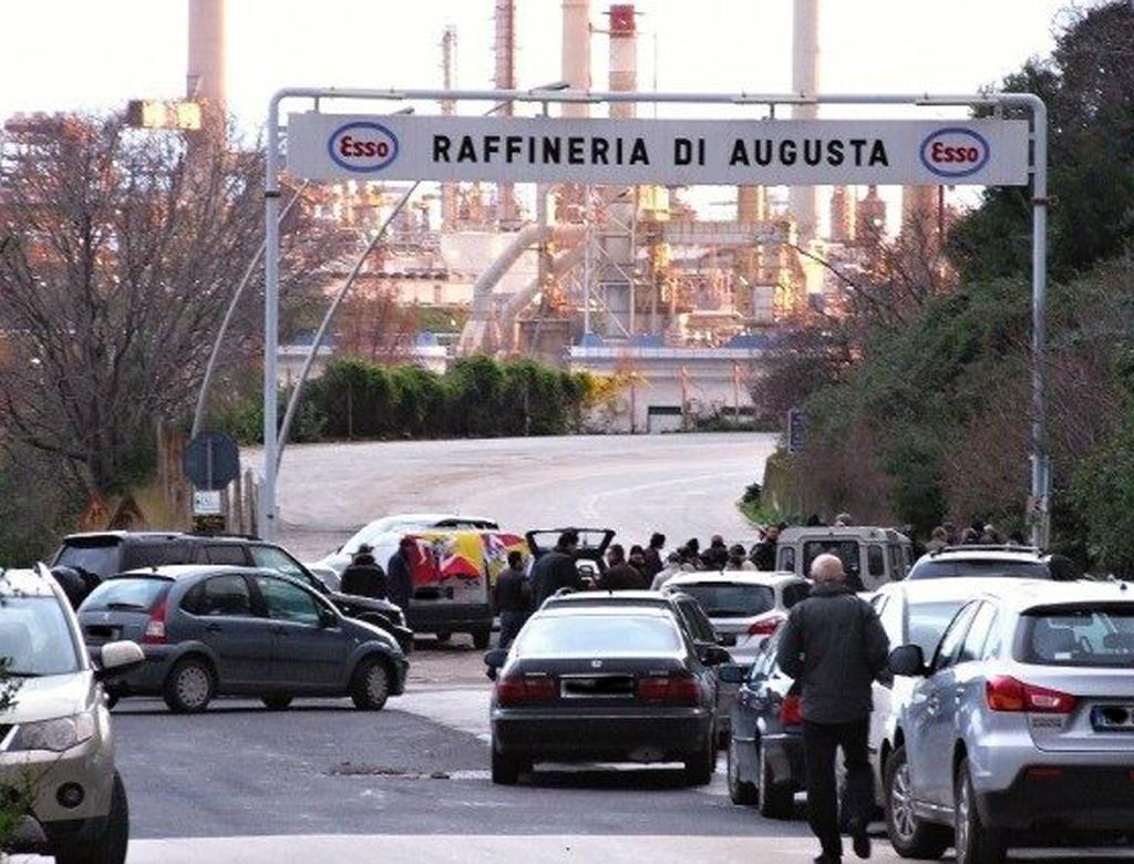 Dopo 60 anni di distruzione, Esso Italiana vende la raffineria di Augusta.