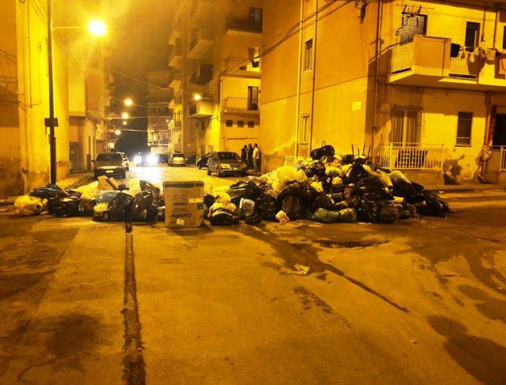 Porto Empedocle (AG): barricate di munnizza contro Musumeci.