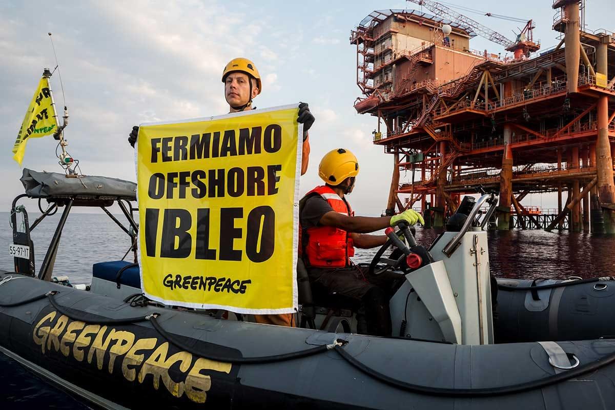 """Licata, occupata piattaforma petrolifera: """"fermiamo offshore ibleo"""""""