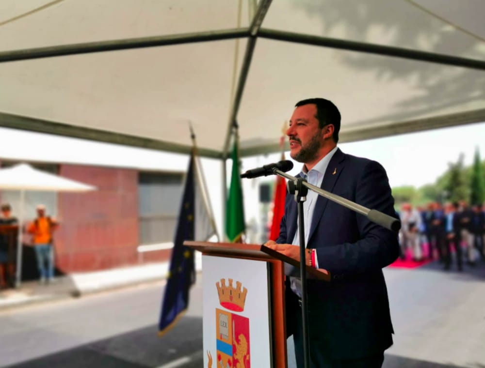 Lega e Salvini e i loro regali: più commissariati, meno scuole