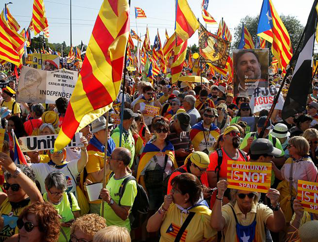 Migliaia di catalani a Strasburgo, a fianco di Puigdemont, Junqueras e Comin.