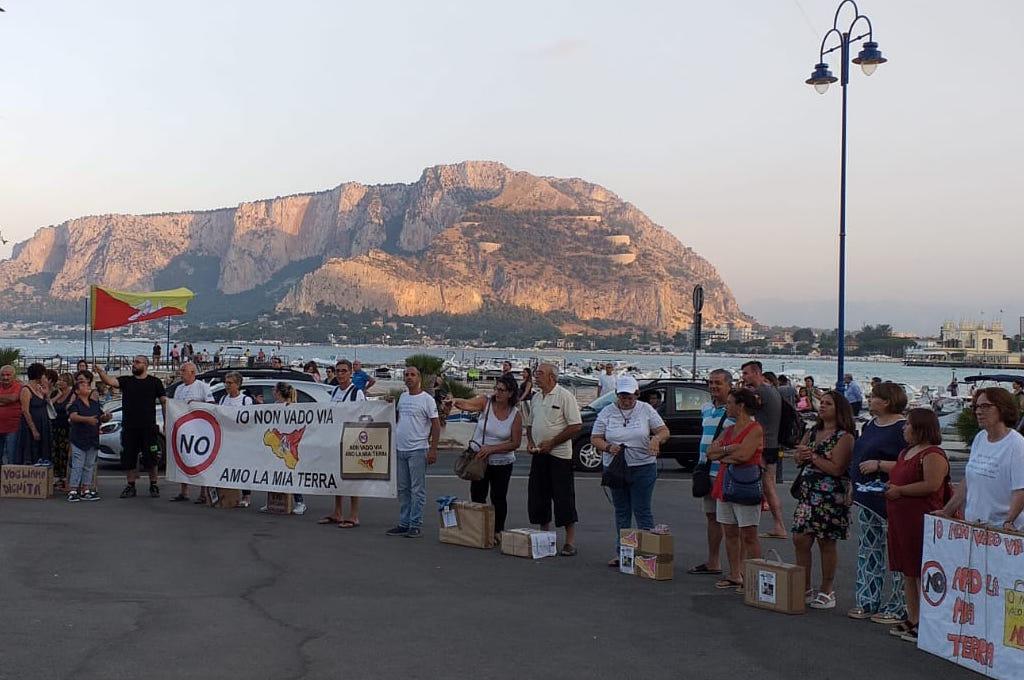 Palermo, Mondello: torna in piazza il Movimento delle valigie di Cartone