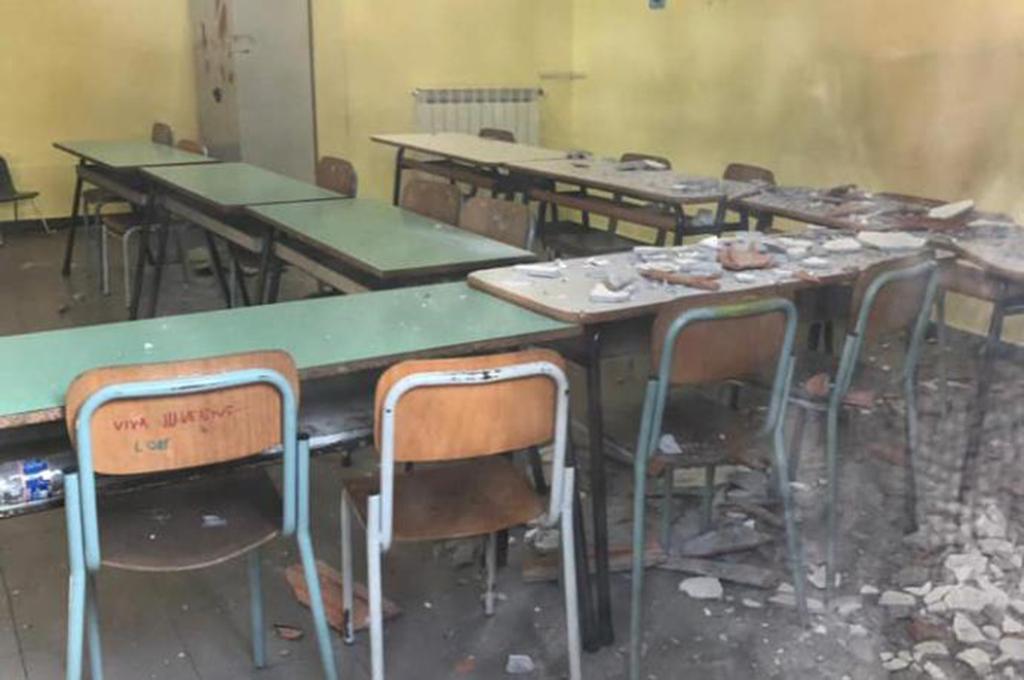 Crolla il tetto in una scuola del catanese. Tragedia scampata.