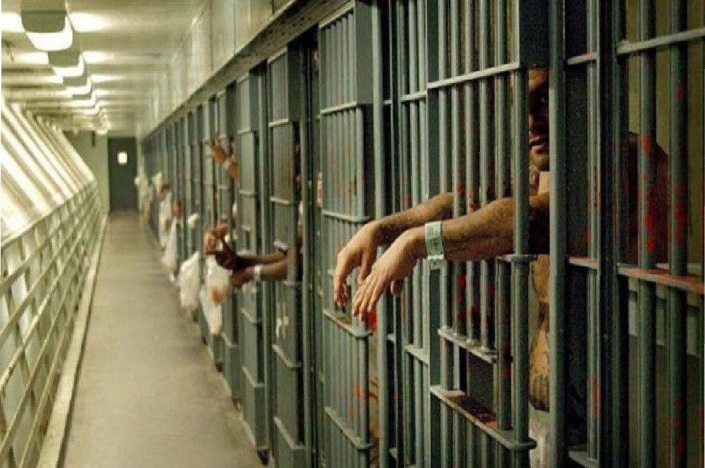 Trapani, detenuto aggredisce quattro agenti