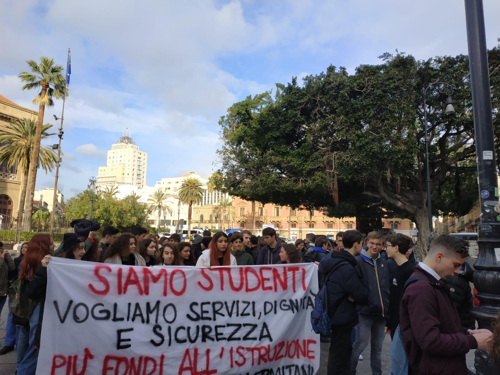 Palermo: studenti in presidio consegnano un dossier al Sindaco