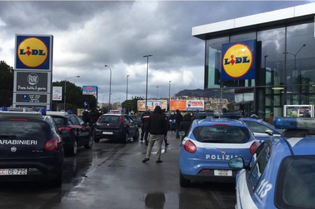 Palermo: momenti di tensione al Lidl, riempiono i carrelli e si rifiutano di pagare