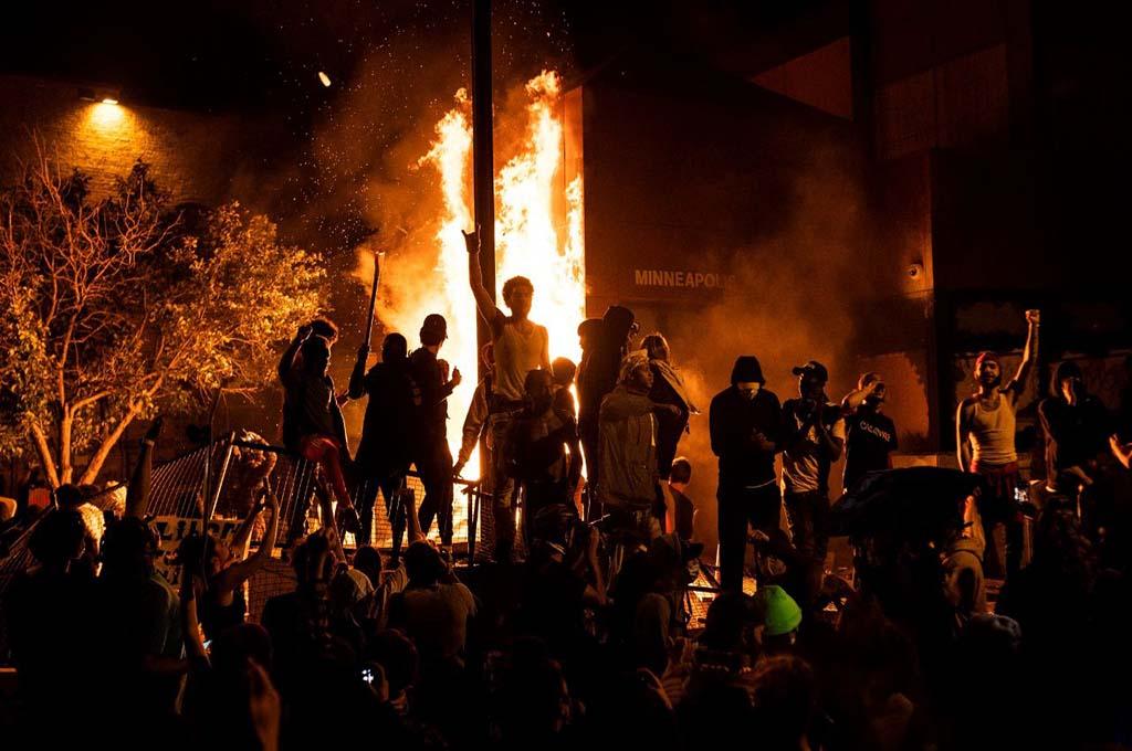 La rivolta non si ferma e infiamma gli USA