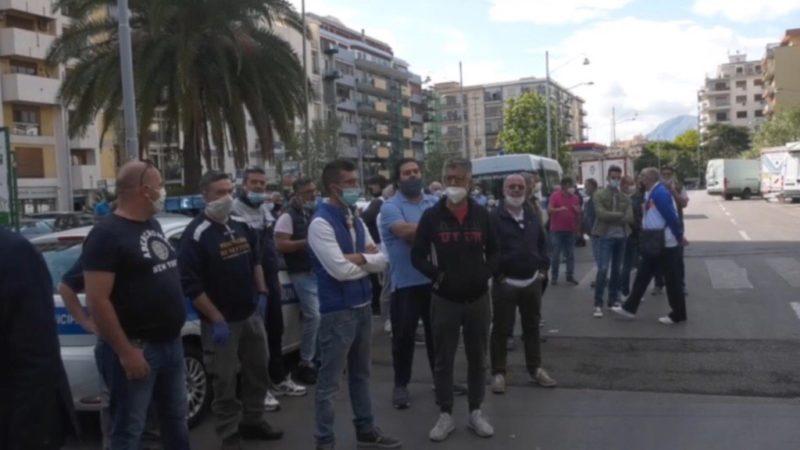 Palermo, continua la protesta dei mercatari: «Lavoro o 1000 € al mese»