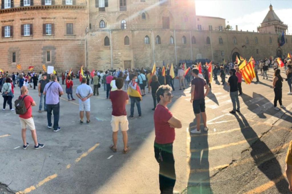 Migliaia di siciliani in piazza contro Musumeci e Lega