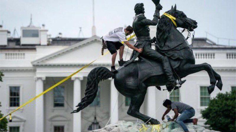 Stati Uniti: la rabbia popolare abbatte i simboli coloniali