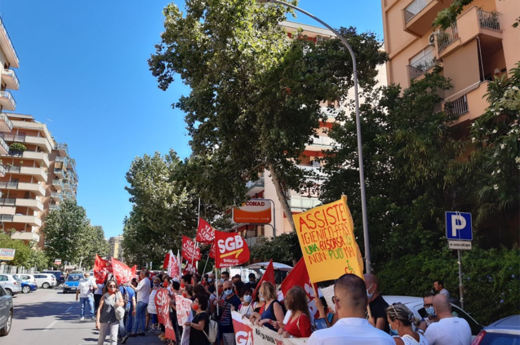 Assistenti igienico-personale in piazza: «NO ai licenziamenti»