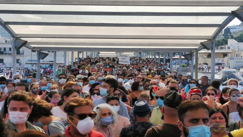 Lipari: abitanti in presidio permanente davanti l'ospedale
