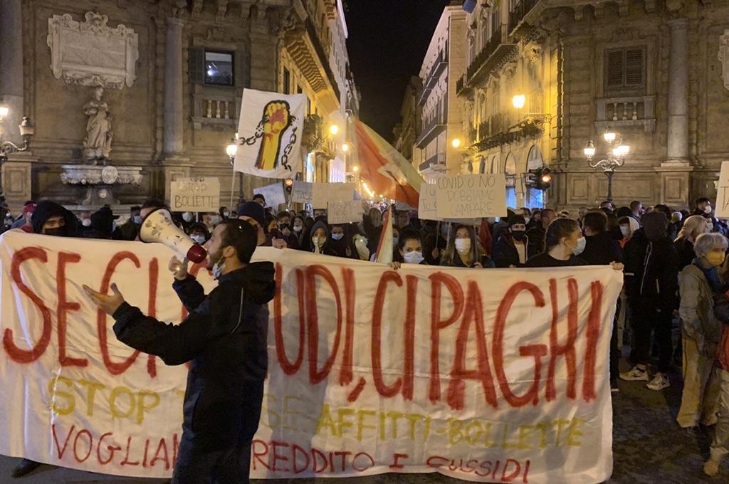 Palermo: «vogliamo reddito e sussidi, subito». Cariche della polizia sui manifestanti.