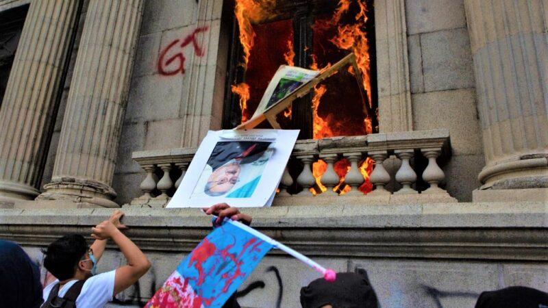 Guatemala: proteste per la legge di bilancio. Fuoco al Congresso