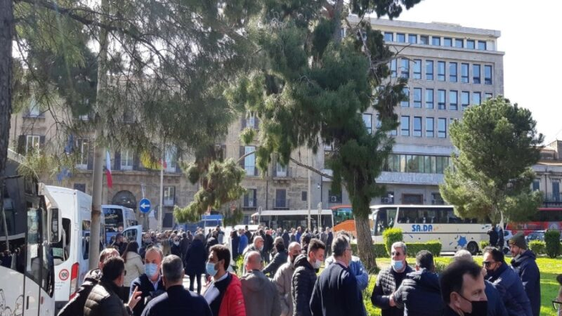 Palermo: in piazza conducenti di taxi e bus turistici