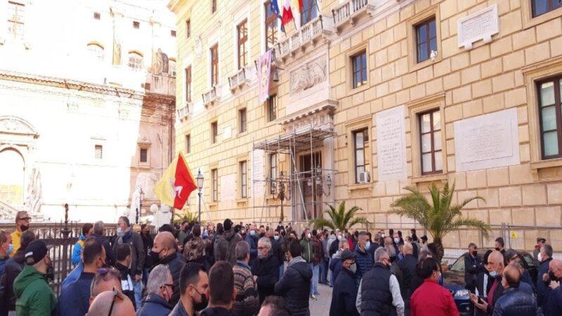 Mercati rionali: protesta degli ambulanti sotto il Comune di Palermo