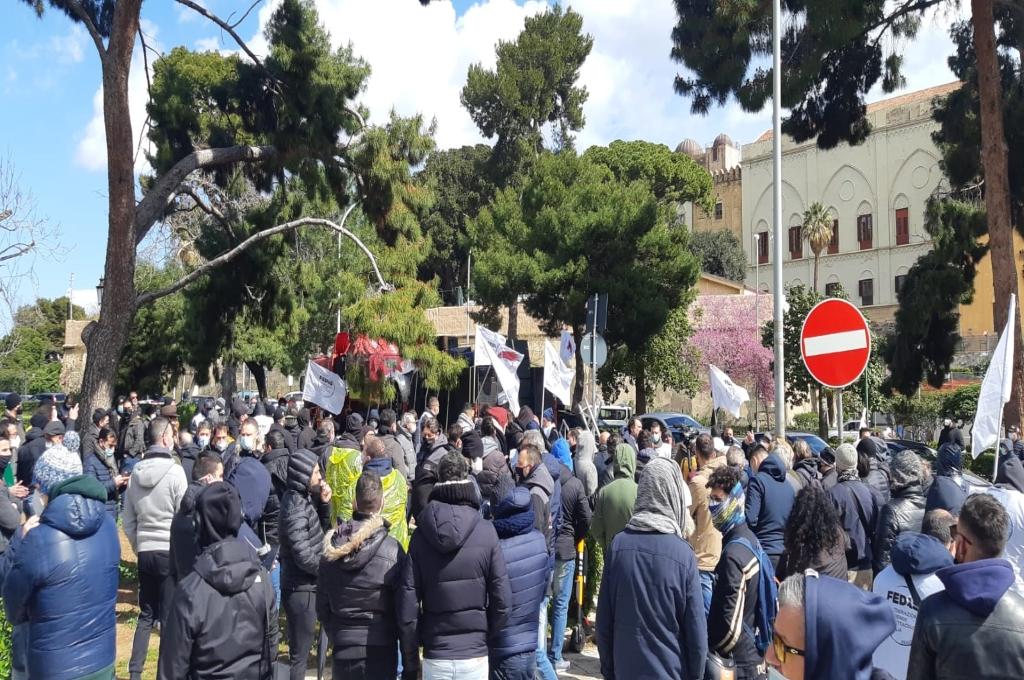Operatori dello spettacolo in piazza: «un anno senza lavoro»