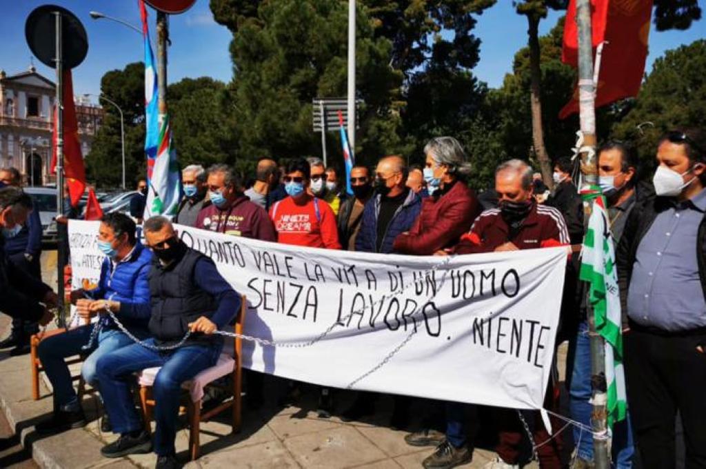 Ex Blutec. I lavoratori in protesta chiedono incontro a Musumeci