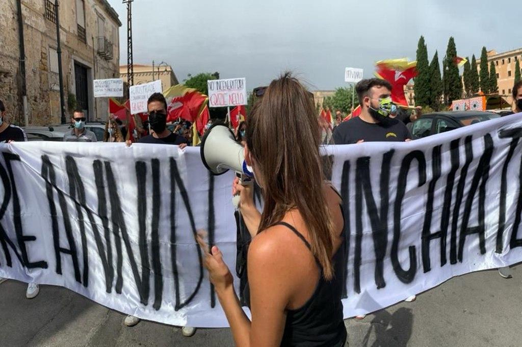 Musumeci presenta il suo operato. Contestazioni davanti lo Spasimo a Palermo