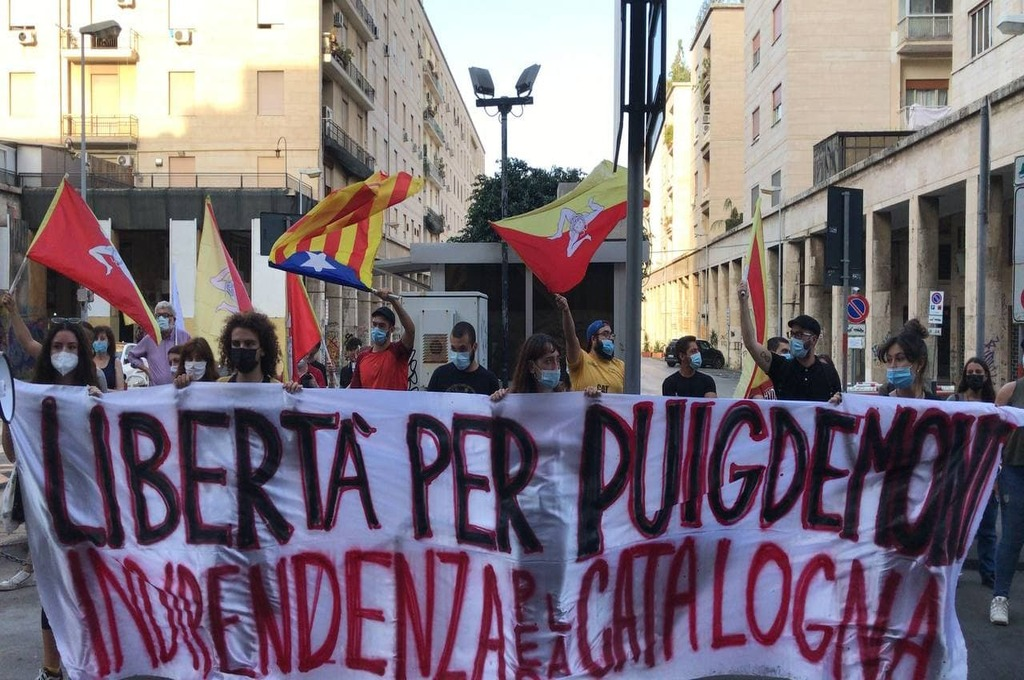 Palermo, manifestazione di solidarietà a Puigdemont sotto il consolato spagnolo