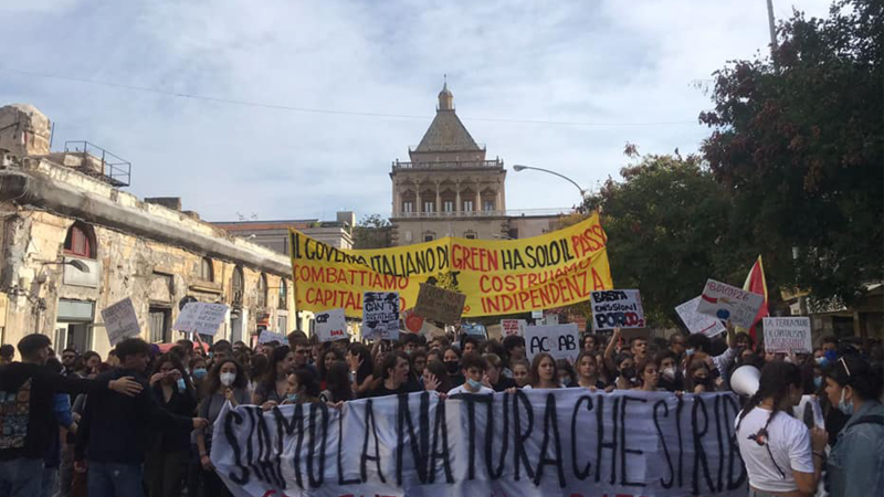 Palermo, in piazza per l'ambiente: «combattiamo il capitalismo, costruiamo indipendenza»